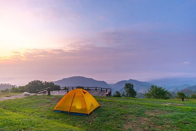 Tenda arancio di campeggio al parco nazionale in nordico, tailandia.
