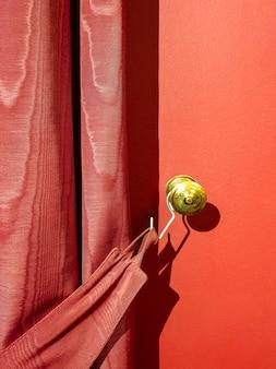 Tenda marrone rossiccio contro il muro rosso