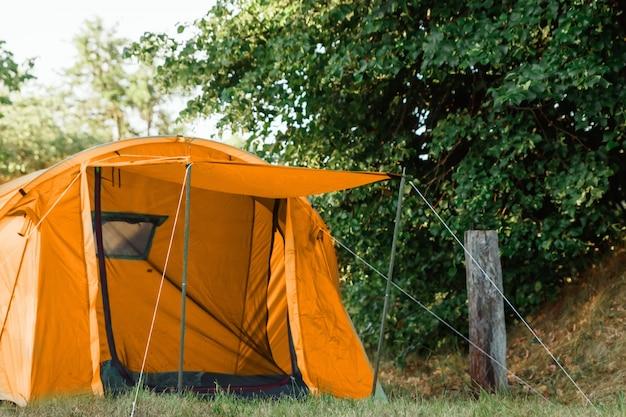 Tenda nella foresta d'autunno, casa per avventure e viaggi