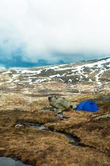Tenda turistica sulla cima della montagna