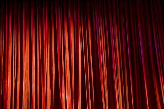 Tende rosse e riflettori nel teatro tra spettacoli.