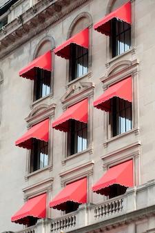 Tende rosse su un edificio a boston, massachusetts, usa