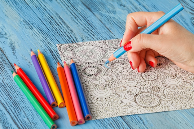 Tendenza antistress delle matite colorate dei libri da colorare per adulti