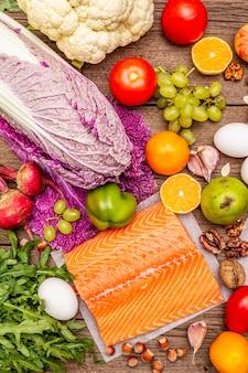 Tendenza dieta paleo / pegan. concetto di cibo equilibrato sano. set di prodotti freschi, carne cruda, salmone, verdure e frutta