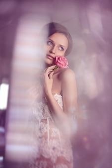 Tenderness fashion bride. giovane ragazza bellissima modella con pelle perfetta e trucco
