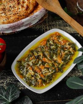 Tendine di pane fresco e insalata di verdure con riso