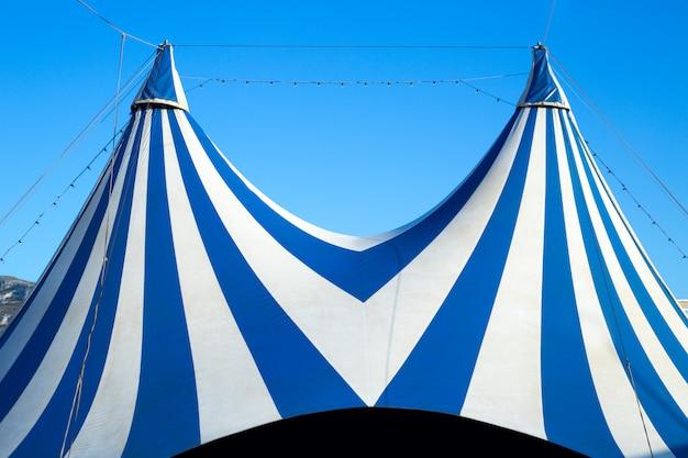 Tendone da circo spogliato blu e bianco