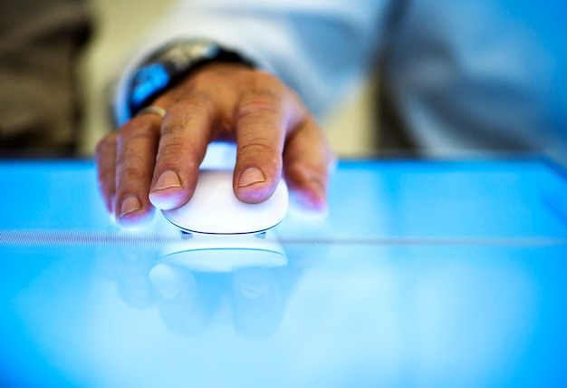 Tenendo la mano facendo clic del mouse