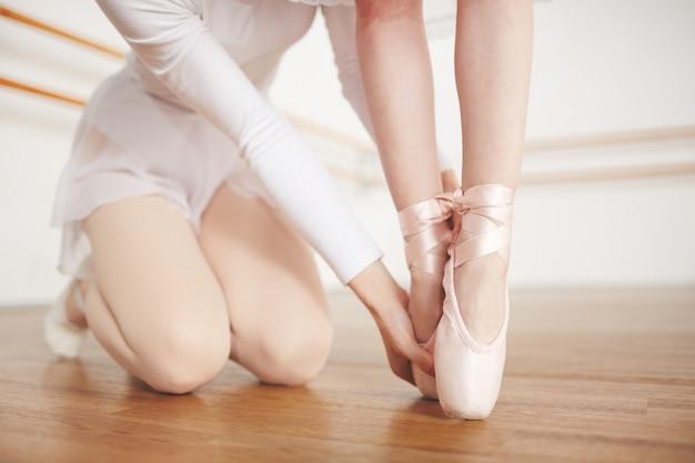 Tenendo le dita dei piedi allungate