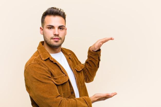 Tenendo un oggetto con entrambe le mani sul lato dello spazio di copia, mostrando, offrendo o pubblicizzando un oggetto