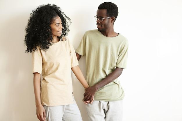 Tenera e romantica giovane coppia africana che gode insieme dolce e felice