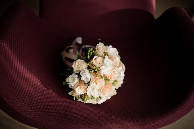 Tenero bouquet da sposa bianco fatto di rose bianche