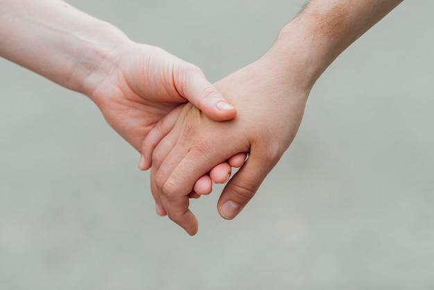 Tenero mano nella mano