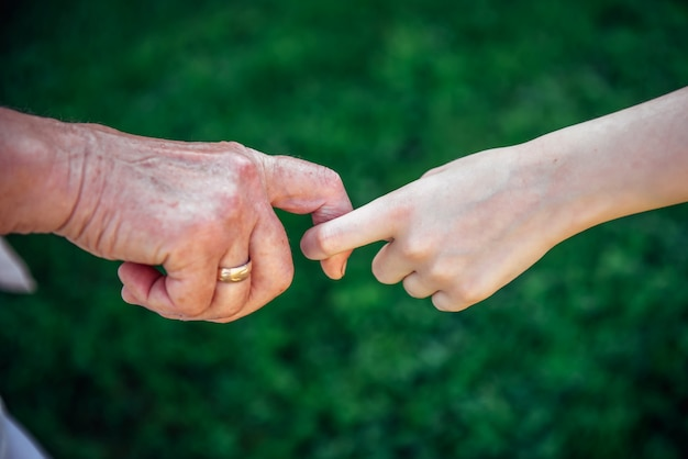 Tenersi per mano della donna e del bambino