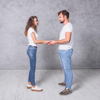 Tenersi per mano delle giovani coppie