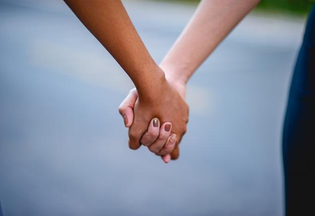 Tenersi per mano è un'espressione di amore