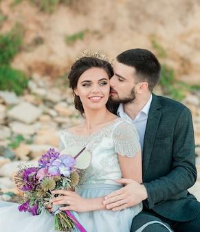 Tenersi per mano felice delle coppie degli sposi novelli