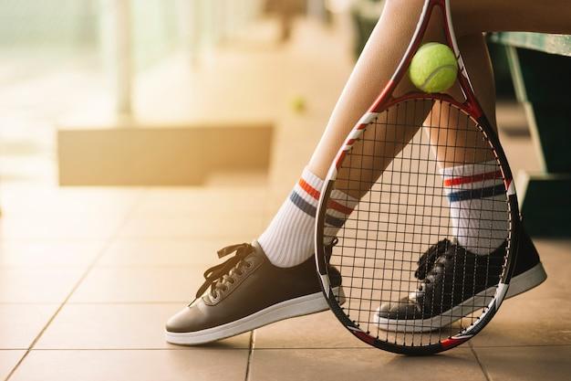 Tennis che tiene la racchetta