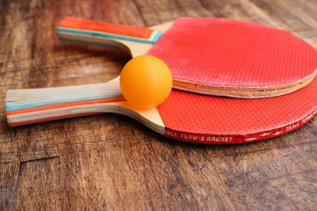 Tennis da tavolo con racchetta rossa