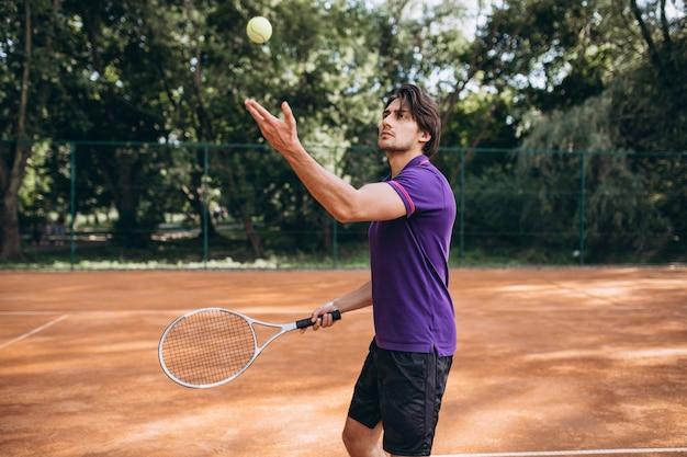 Tennis del giovane alla corte