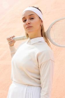 Tennis della donna che esamina macchina fotografica