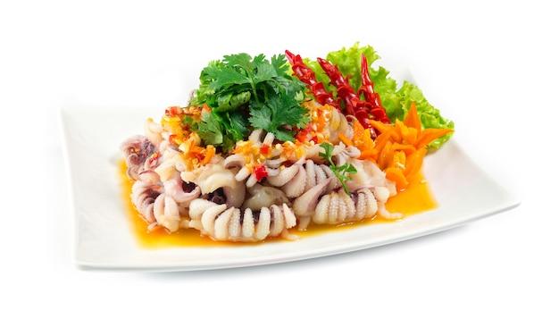 Tentacoli di calamari che servono in cima con salsa piccante di frutti di mare