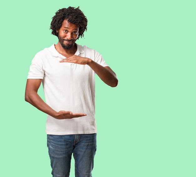 Tenuta afroamericana bella qualcosa con le mani