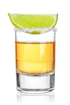 Tequila dell'oro sparata su fondo bianco