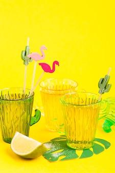 Tequila in bicchiere di cactus con lime