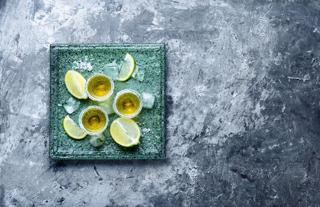 Tequila sparata con lime e sale