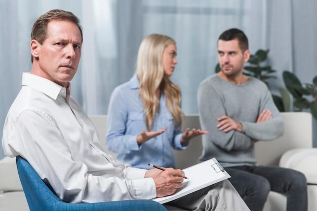 Terapeuta con coppia litigare
