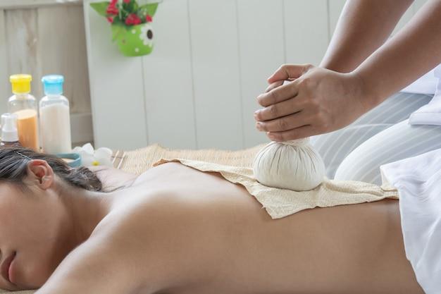 Terapia e trattamento di massaggio delle donne della medicina tradizionale. dolori e muscoli. dolore