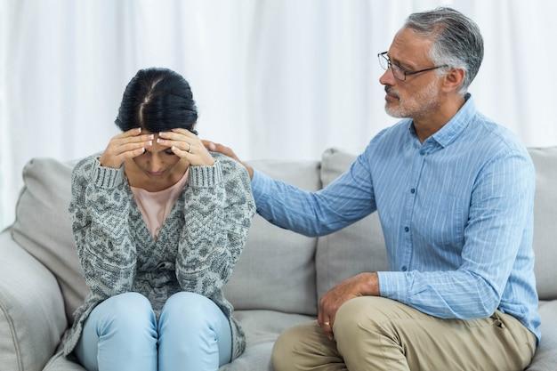 Terapista che consola una donna a casa