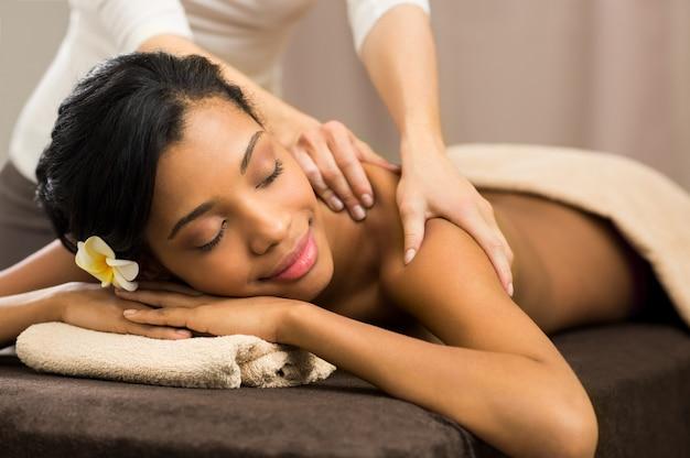 Terapista che fa massaggio