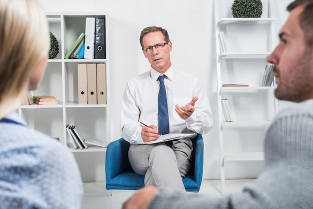 Terapista che parla con una coppia