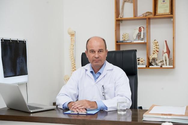 Terapista manuale pronto a consultare il paziente