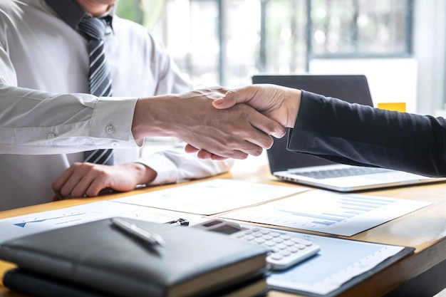 Termina una conversazione dopo la collaborazione, stretta di mano di due uomini d'affari dopo un accordo contrattuale per diventare partner, lavoro di squadra collaborativo
