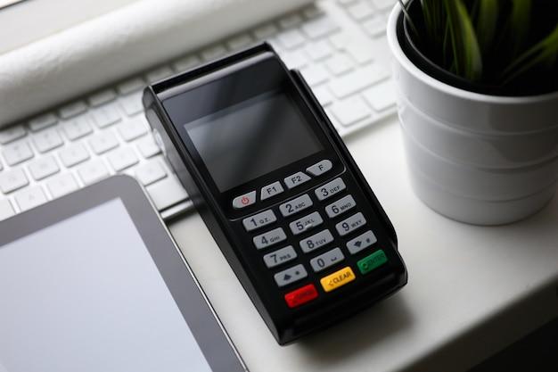 Terminale di pagamento pos mobile si trovano sul tavolo bianco