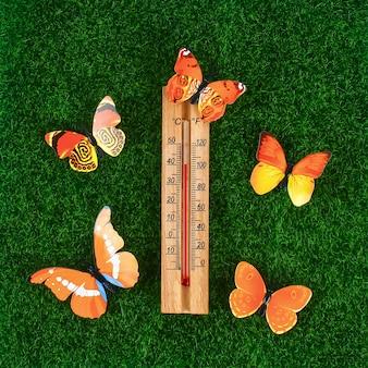 Termometro che mostra alte temperature calde di 40 gradi in una giornata estiva di sole.