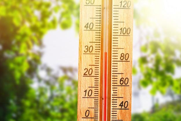 Termometro che visualizza temperature elevate di 30 gradi nel giorno di sole estivo.