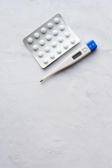 Termometro e pillole, piano di trattamento per l'infezione da coronovirus