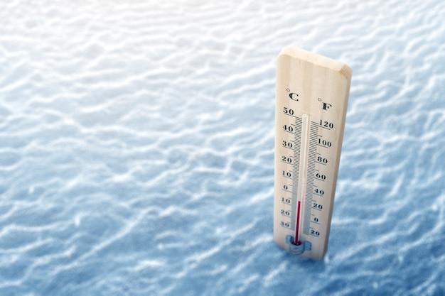 Termometro in legno con bassa temperatura in inverno