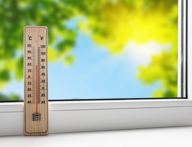 Termometro sul davanzale della finestra sullo sfondo del caldo estivo