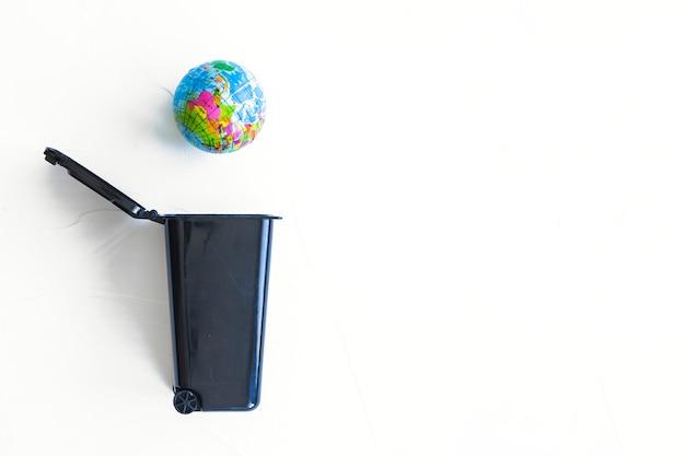 Terra che cade nel cestino