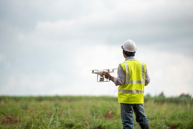 Terra di indagine di drone di controllo ingegnere edile per lo sviluppo immobiliare