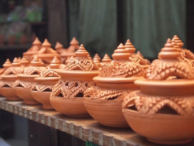 Terraglie tradizionali tailandesi dell'argilla nell'isola di kret ko
