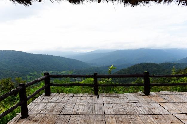 Terrazza in vista foresta verde montagna abbellisca il balcone all'aperto stupefacente vista della collina della natura