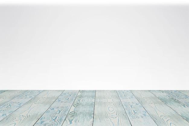 Terrazzo di legno vuoto con fondo bianco. come modello da palcoscenico per la tua vetrina.