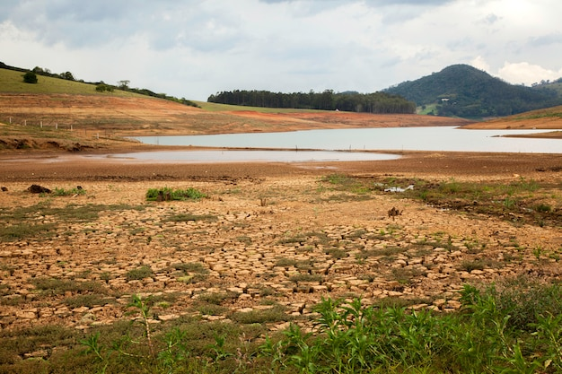 Terreno di siccità nella diga brasiliana di cantareira