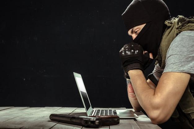 Terrorista che lavora al suo computer